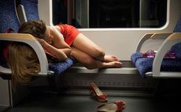 Đang ngủ trên tàu thì thấy đùi có cảm giác mát mát, cảnh tượng đập vào mắt lúc tỉnh dậy khiến người phụ nữ lập tức báo cảnh sát