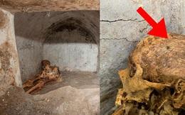 Phát hiện ngôi mộ đồ sộ với xác ướp 2.000 năm tuổi, nhà khảo cổ rợn người khi nhìn đến vùng đầu bởi chi tiết khó lí giải