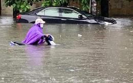 Mưa lớn ở Hải Phòng, nhiều tuyến phố ngập trong biển nước, xe chết máy la liệt