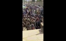 """Video: Khoảnh khắc """"không thể tin được"""" giữa lính Mỹ và tay súng Taliban ngoài sân bay Kabul"""