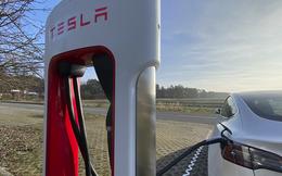 Làm cách nào các kỹ sư Tesla có thể 'thuần hóa' được pin xe điện, không để chúng phát nổ ngẫu nhiên?
