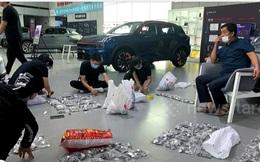 Đi mua ô tô, người đàn ông khiến showroom phải huy động toàn bộ nhân viên làm việc trong 5 tiếng mới xong khâu thanh toán