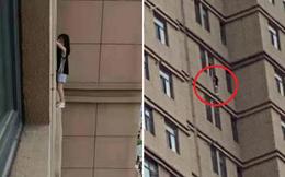 Video: Đứng tim trước cảnh bé gái 4 tuổi treo mình lơ lửng ngoài cửa sổ tầng 23, nguyên nhân bắt nguồn từ sự chủ quan của người lớn