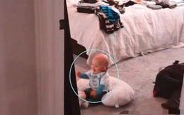 Con ở trong phòng một mình nhưng lại có tiếng cười rất to, mẹ vội vàng chạy vào kiểm tra, bất ngờ vì cảnh tượng trước mắt