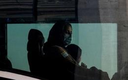 Người đàn ông ngồi ở Mỹ giúp vợ vượt chốt kiểm soát ở sân bay Kabul