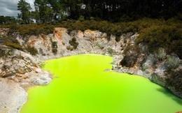 """Kỳ lạ ao nước màu xanh, bốc mùi cống rãnh có tên """"phòng tắm của quỷ"""""""