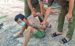 Thanh niên nghiện ma túy cầm dao rồi lao tới đánh vào mắt Phó trưởng công an xã ở Long An
