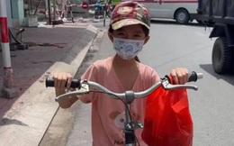 Xúc động cảnh bé gái 6 tuổi đạp xe đuổi theo ô tô để xin sữa cho em nhỏ ở nhà