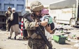 24h qua ảnh: Lính thủy đánh bộ Mỹ bế em bé Afghanistan chờ sơ tán