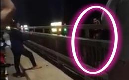 Video cô gái nhảy cầu Nhật Tân, nghi là tự tử, ám ảnh nhất là hành động tạo dáng chụp ảnh trước khi gieo mình