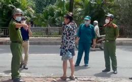 Cô gái cãi nhau ầm ĩ với công an vì ra đường không đeo khẩu trang, dân đưa cho còn ném đi: Em chỉ ra lấy túi cam mà bắt lại