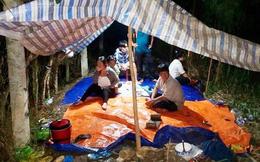 Cảnh sát dùng xuồng máy bao vây căn lều có người canh gác, phá sới bạc trong đêm