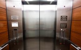 Mắc kẹt trong thang máy, chàng trai trẻ có hành động tuyệt vời khiến mọi người vỗ tay tán thưởng