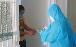 Cán bộ gõ cửa từng nhà người dân vùng phong toả ở Đà Nẵng để phát tiền hỗ trợ