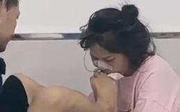 Nghẹn ngào cảnh người chồng không có tay, dùng chân chăm sóc vợ nằm viện