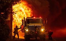 24h qua ảnh: Lính cứu hỏa Mỹ ngăn cháy rừng lan sang khu dân cư