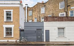 Căn nhà bên ngoài trông như nhà kho tồi tàn lại được rao bán giá 24 tỷ đồng, bước vào bên trong ai cũng kinh ngạc
