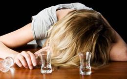 Bị bố cố tình chuốc rượu cho say mềm, sáng hôm sau tỉnh dậy, con gái 17 tuổi ôm mặt khóc nức nở khi đọc lời nhắn của bố