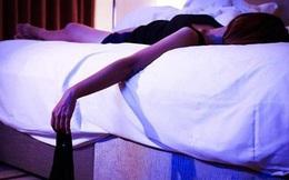 Sau buổi gặp đối tác, người phụ nữ hoảng loạn phát hiện thấy mình trong khách sạn, trên giường có vài bao cao su đã qua sử dụng
