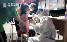 Xét nghiệm Covid-19 cho trẻ nhỏ, nữ y tá có hành động khiến nhiều người cảm phục