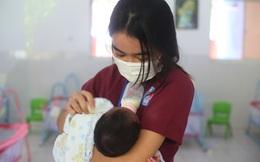 Nữ sinh viên giấu gia đình, ngày đêm đi chăm sóc cho hàng chục trẻ sơ sinh có bố mẹ mắc Covid-19