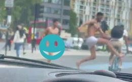 Tồng ngồng xuống phố, 2 thanh niên khiến người khác chưa kịp ngỡ ngàng thì đã phẫn nộ trước 1 hành động