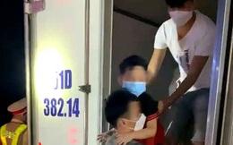 Bất ngờ phát hiện 15 người trong thùng xe đông lạnh ở Bình Thuận, một số có dấu hiệu khó thở