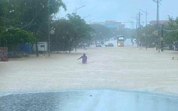 Quốc lộ 1A ở Hà Tĩnh có điểm ngập sâu gần 1m, xe cộ không thể đi qua