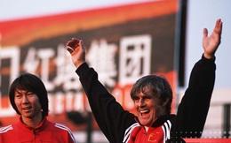Người hùng ĐT Trung Quốc 'vừa đấm vừa xoa' HLV Li Tie