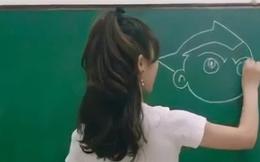 Cô giáo xinh như hotgirl đang giảng bài, nhưng ai cũng sốc nặng khi nhìn xuống chiếc quần cô đang mặc