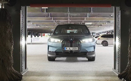 Đỉnh cao của xe tự lái: BMW iX tự đỗ, tự sạc và... tự 'tắm' nhờ dùng công nghệ của một hãng cũng là đối tác với VinFast