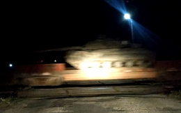 Ukraine rầm rập đưa khí tài tới gần biên giới Nga
