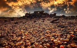 Đáy hồ ở Nội Mông cạn nước lộ ra nhiều cục đá kỳ lạ, người dân nô nức đến nhặt về, chuyên gia đau xót: 2 tỷ NDT coi như đi tong!