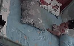 Con gái bỗng nấc như hụt hơi, mẹ tái mét mặt khi thấy hung thần trên tay đứa trẻ