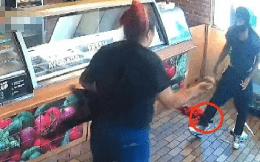 """Cầm súng xông vào cửa hàng cướp tiền, kẻ cướp phải bỏ lại súng vì nữ nhân viên bán hàng """"chiếm ưu thế hơn hẳn"""""""