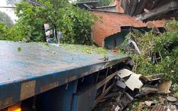 Cả nhà hoảng hồn thấy nhà sập, đầu xe container ngay cạnh giường