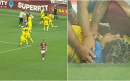 Pháo phát nổ trên sân, cầu thủ né cực dẻo nhưng vẫn đổ gục xuống bất tỉnh