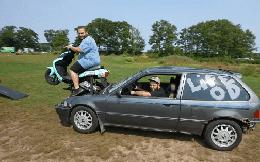 Mang động cơ xe máy gắn cho Honda Civic, hai thanh niên khiến cả hội chợ độ xe Honda phải ''khóc thét'' khi nhìn thấy tác phẩm