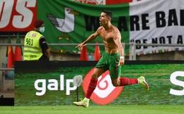 """""""Siêu nhân"""" Ronaldo ghi bàn xác lập kỷ lục thế giới, Man United vui mừng khôn xiết"""