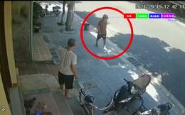 Clip: Xuất hiện đối tượng tay cầm dao, lững thững rời khỏi hiện trường vụ người phụ nữ bị đâm gục trước cửa nhà