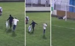 Hy hữu: Nhân viên y tế dính chấn thương trong lúc vào sân cáng cầu thủ