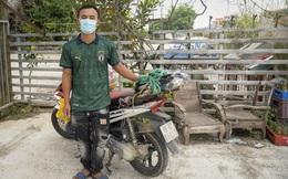 Đi xe máy hơn 1.500km ra Hà Nội, 2 bố con ăn ngủ tại chốt Cầu Giẽ chờ người đưa đi cách ly