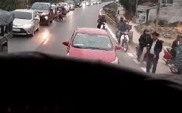Bon chen chạy lấn làn ngược chiều để thoát tắc, tài xế Toyota Vios bị dạy cho một bài học nhớ đời