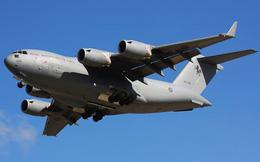 Thót tim cảnh 'ngựa thồ C-17A' bay sát mặt đất xuyên qua cao ốc