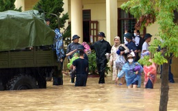 Nước ngập ngang bụng người lớn, Quảng Ninh dùng xe tải quân sự đưa học sinh về nhà