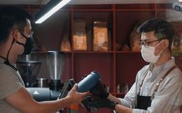 """Quán cà phê Hà Nội """"chảnh"""" không giống ai, khách phải mang bình hoặc về tay không"""