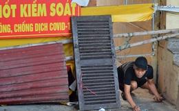 Ảnh: Muôn kiểu trèo rào, chui qua chốt 'cứng' của người dân Hà Nội sau khi Thủ đô nới lỏng giãn cách