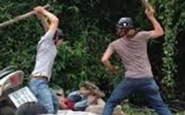 Bị nhắc nhở, 3 gã đàn ông tấn công làm 2 công an đang đi lấy mẫu xét nghiệm bị thương