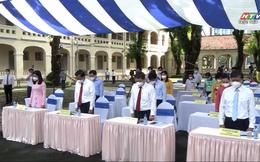 Lặng người phút mặc niệm nạn nhân mất vì Covid-19: Chưa từng có tiền lệ trong buổi lễ khai giảng ở trường Lê Hồng Phong