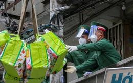 Người dân trầm trồ khi thấy xe cẩu chuyển quà đến tận nhà